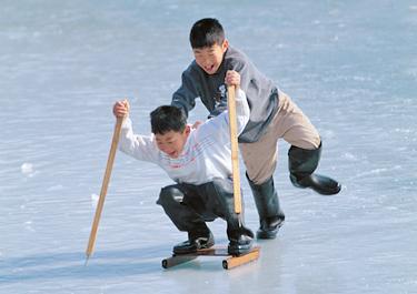 겨울 빙어낚시 or  얼음썰매 + 전통놀이 이미지